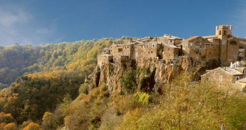 """8 pueblos colgados y """"escondidos"""" entre montañas en Italia"""